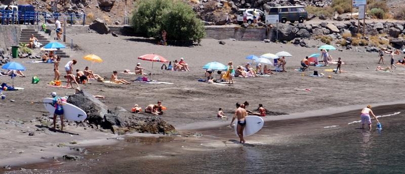 El Ayuntamiento de Valle Gran Rey participa en la limpieza del Puerto y la playa de Vueltas