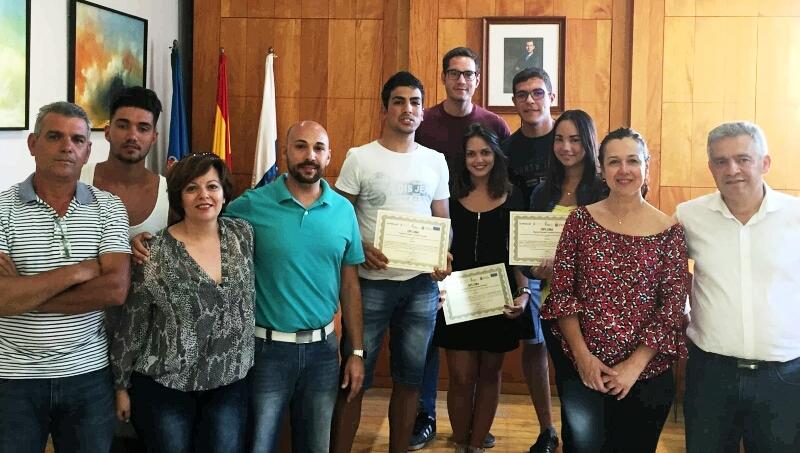 Entrega de diplomas a los participantes en el programa 'Juventud Comienza'