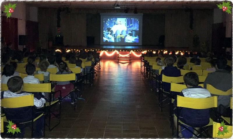 Más de 200 escolares de Valle Gran Rey disfrutaron hoy de la proyección de la película de Navidad.