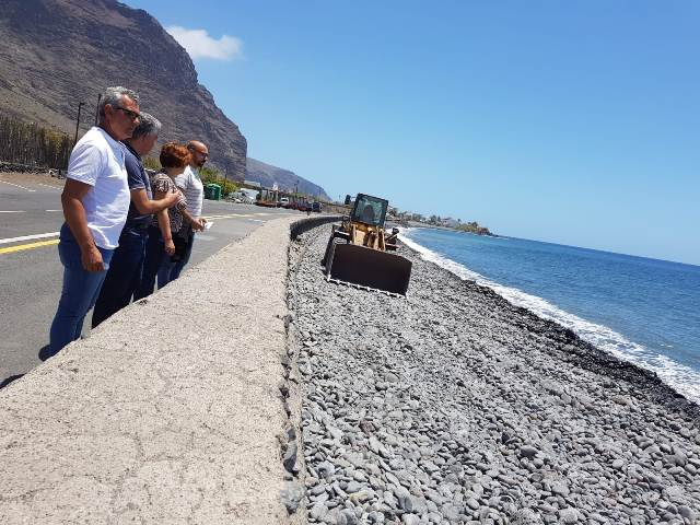 El Ayuntamiento de Valle Gran Rey acondiciona las playas de cara al verano.